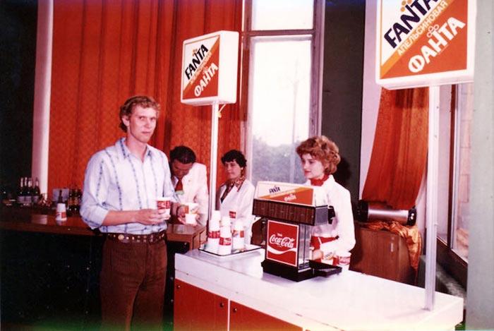 8. В 80-е наконец-то появилась кока-кола с заветной надписью «Сделано в СССР». В декабре 1986 года б