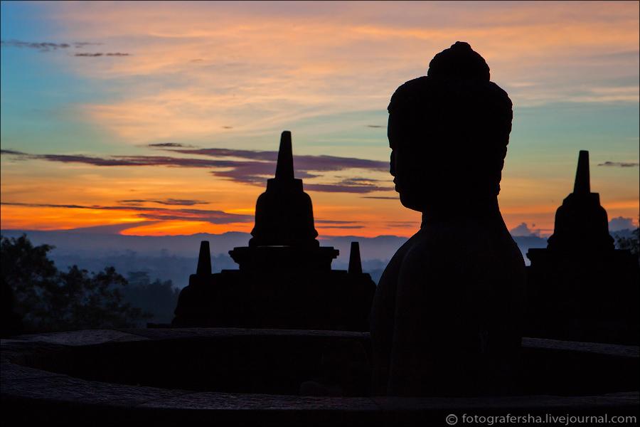 Из двадцати четырех Будд на среднем ярусе головы имеются только у четырех скульптур.