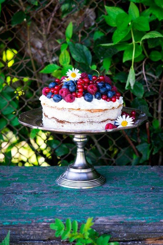 Simple_summer_cake_with_fresh_berries.jpg