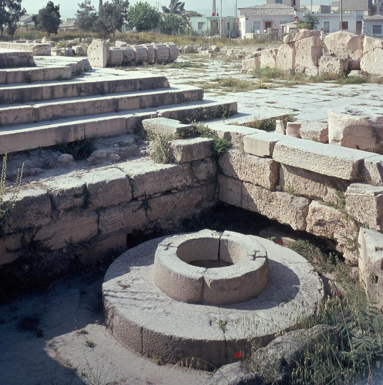 Элевсин. Фонтан. 6-го века до н. э, По бокам Пропилеи, 1966