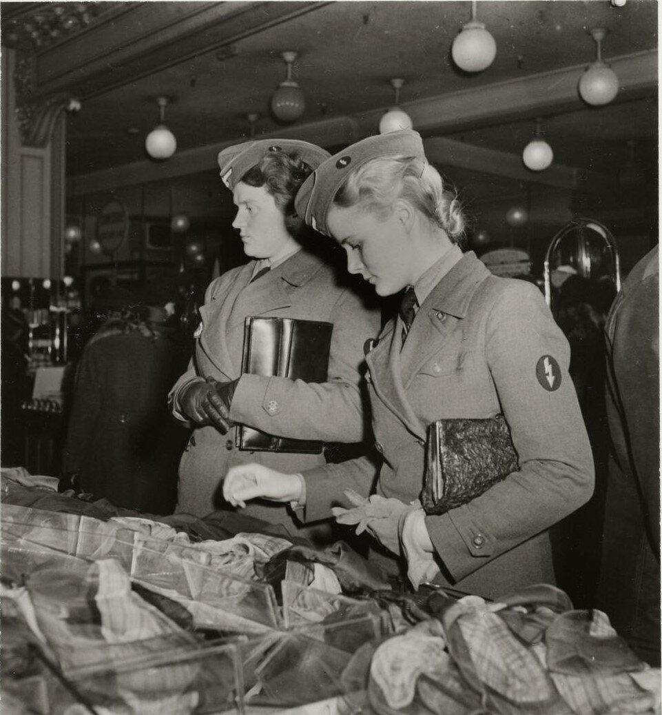 Немецкие солдатки в отделе шарфов универмага «Прентам»