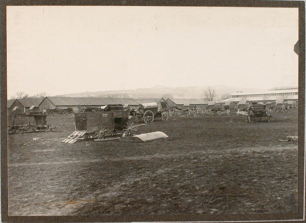 47. Вид на поврежденный обстрелом артиллерийский обоз