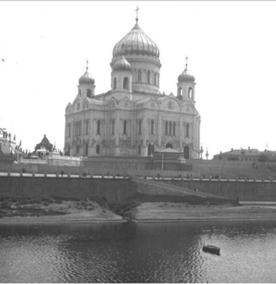 Храм Христа Спасителя со стороны Москвы-реки