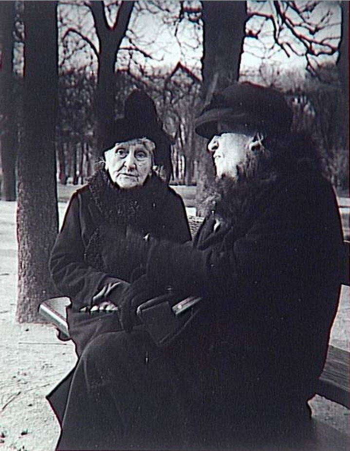 1952. Две старые дамы в Люксембургском саду.