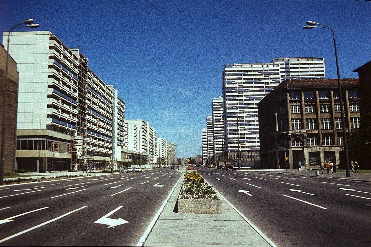 Улица со старыми и новыми зданиями