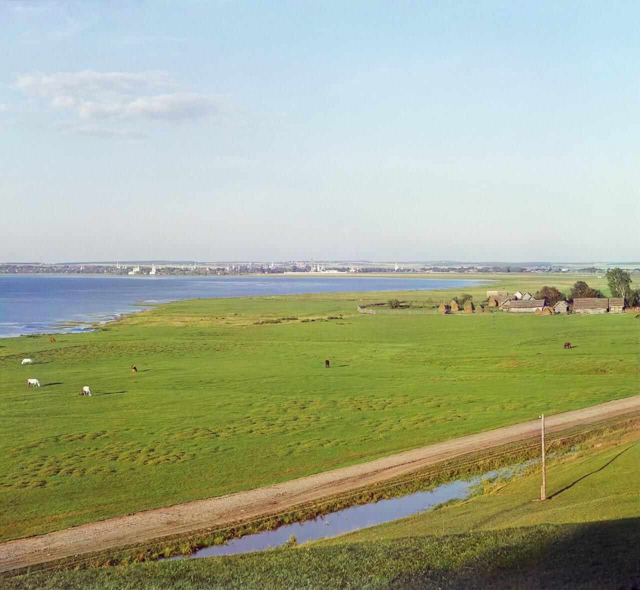 Вид на озеро и город от с. Веськово