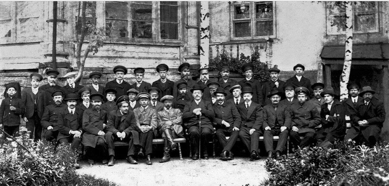 Группа служащих и интеллигентов. 1 мая 1917
