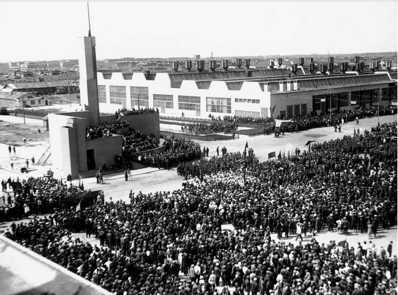 Митинг, посвященный пуску ЧТЗ на главной площади завода