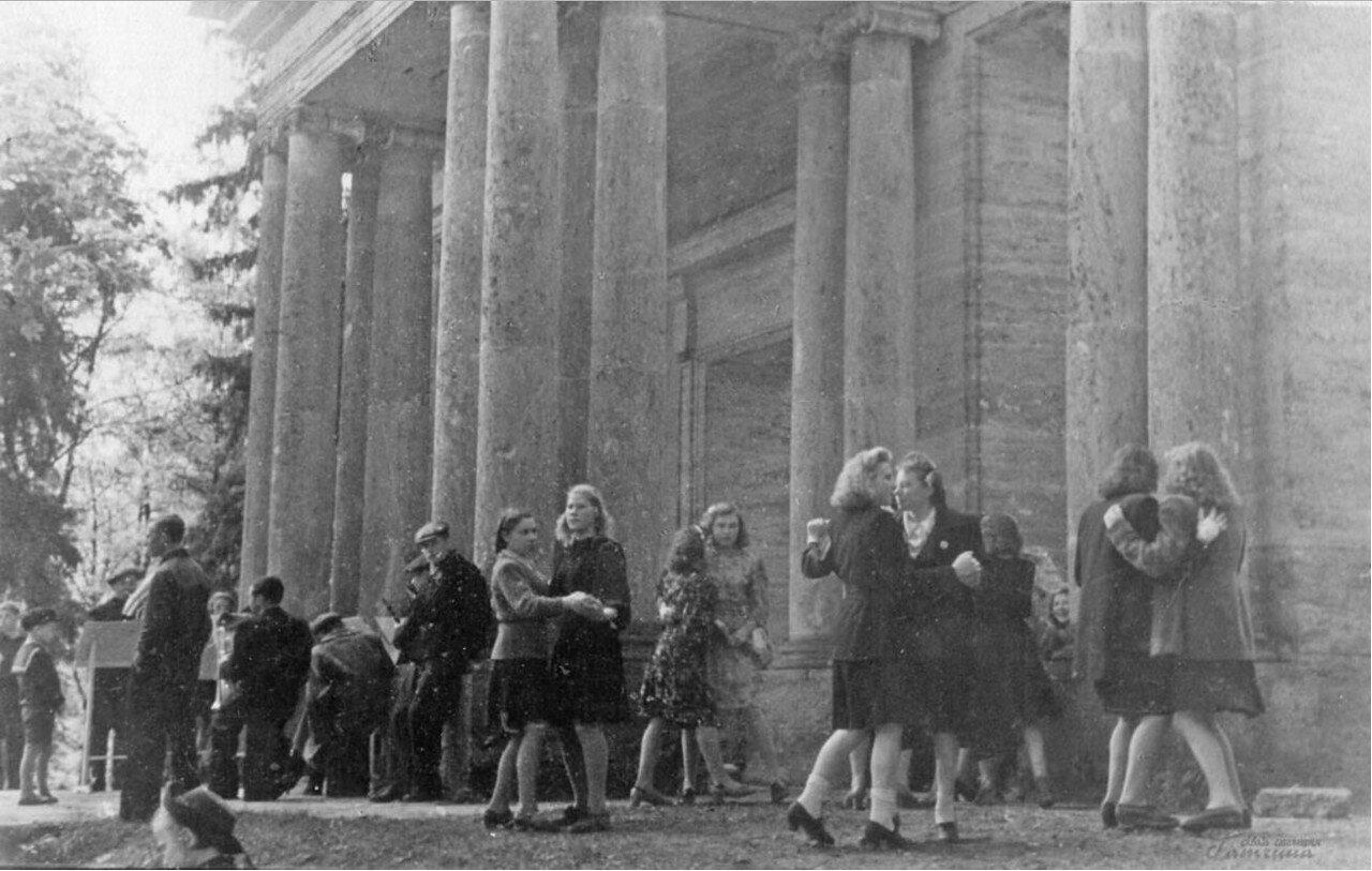 1950. Танцы у портала Маска в Гатчинском парке
