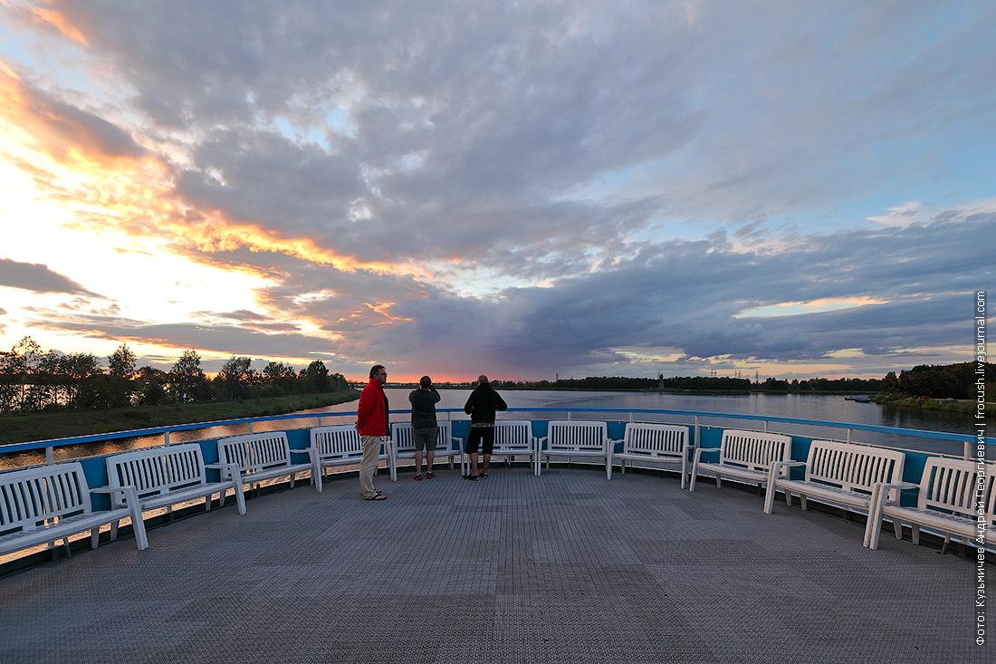 вид на вечернее московское море со шлюпочной палубы теплохода Русь Великая
