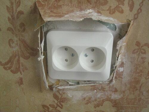 Установка проходных розеток и распределительной коробки в перегородке между кухней и комнатой
