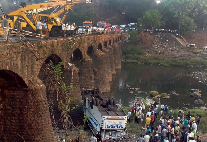 В Индии пассажирский автобус упал с моста— десятки погибших