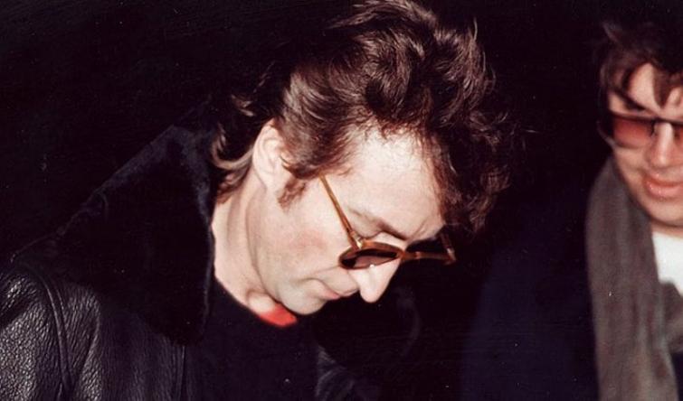 Джон Леннон даёт автограф своему убийце Марку Дэвиду Чепмену, Сам Чепмен — человек на фото, ст