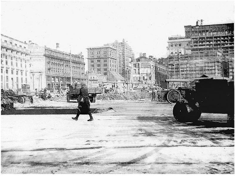 2. Год спустя. Фото 1934 г. К 1935 году неразобранным оставался только небольшой квартал, непосредст