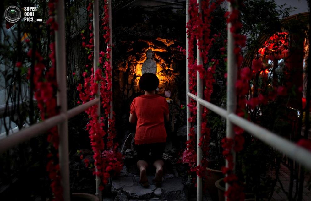 Этническая китаянка молится в храме Куала-Лумпура, Малайзия.(MOHD RASFAN/AFP/Getty Images)