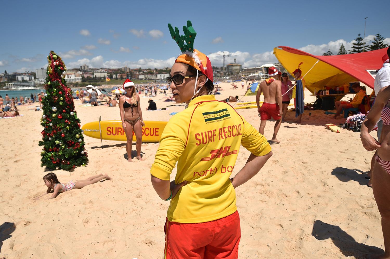 Спасатели несут службу у наряженной елки, Бонди-Бич, Сидней.