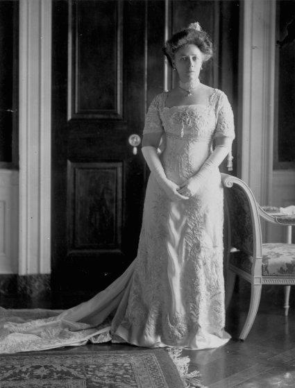 1909 год, Хелен Тафт. Белое платье Frances Smith Company из шелкового шифона украшено вышивкой, стра