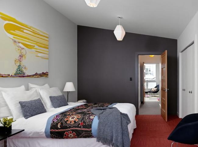 3. Подбирая краску для стен, продумайте движение цвета по дому. Соседствующие помещения должны контр