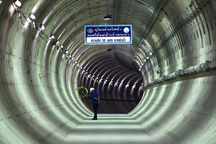 16. Строитель в тоннеле, проходящем под рекой Чаупхрая, в Бангкоке, Таиланд, 14 декабря 2015 года.