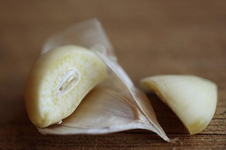 Очищаем чеснок от кожуры Очистка зубков чеснока от кожуры может быть хлопотной процедурой, особенно