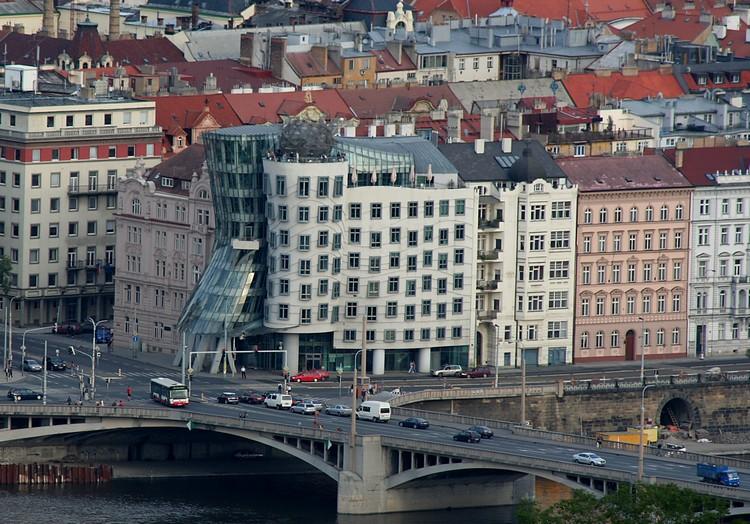 Если пройти через мост со стороны Смихова, на правом берегу Влтавы вы сможете найти знаменитый пражс