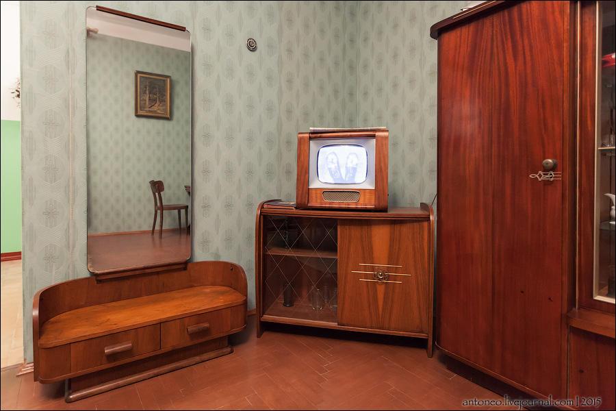 5. Зеркало в полный рост и старый ТВ