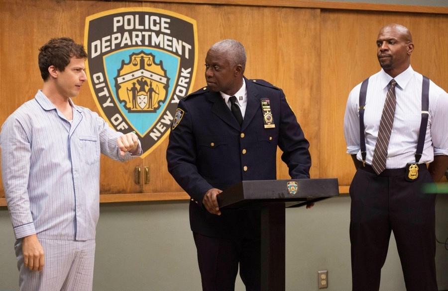 Перед нами история нового капитана полицейского участка Бруклина. На его долю выпадает шефствование