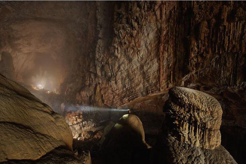3. Луч фонаря прорезает влажный воздух пещеры. Благодаря смешению воздушных масс разной температуры