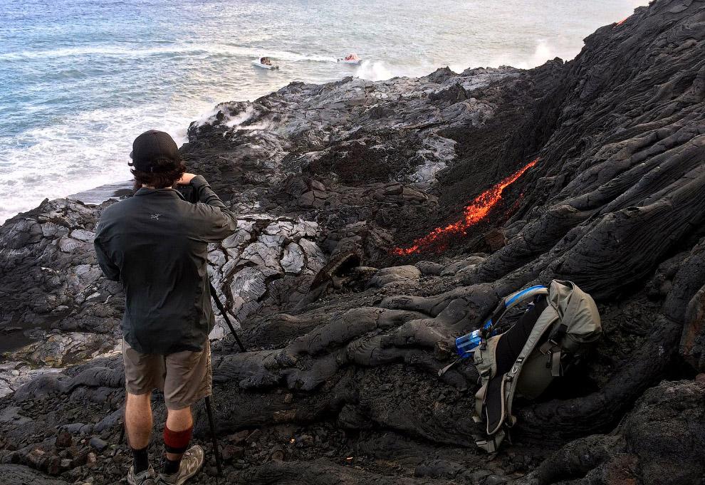 16. Лава из Килауэа впадает в океан, 9 августа 2016. (Фото Caleb Jones):