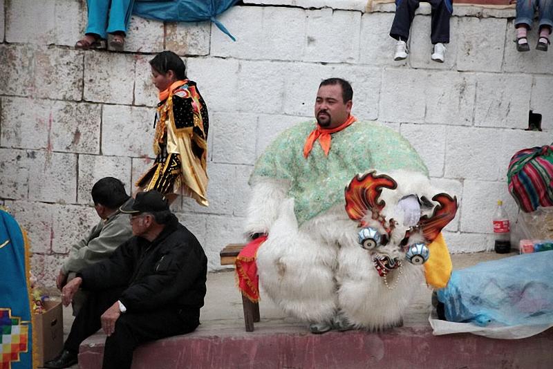 33. Медведь (Хукумари) – один из героев индейской мифологии. Танцоры в костюмах медведей развл