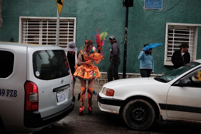 50. После выступления участники карнавала расходятся по домам, чтобы переодеться и с новыми силами п