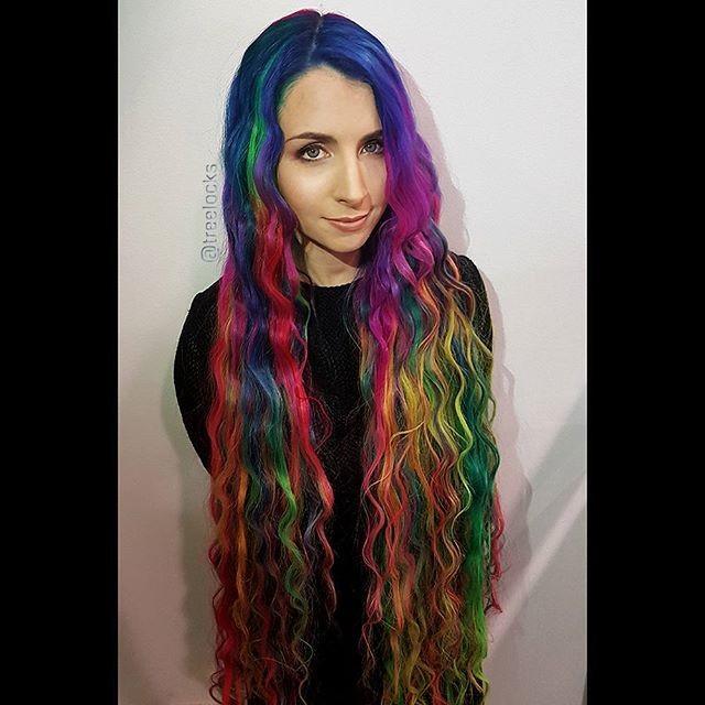 Перепробовав все возможные образы, австралийка нашла свой стиль — все цвета радуги одновременно.