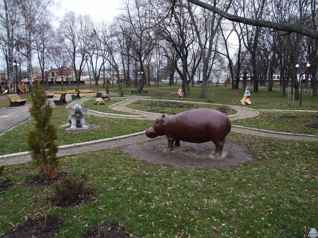 Скульптуры возле детской площадки