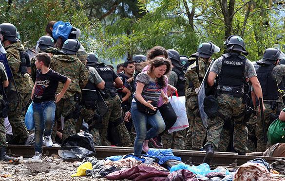 Милиция Македонии применила слезоточивый газ против мигрантов награнице