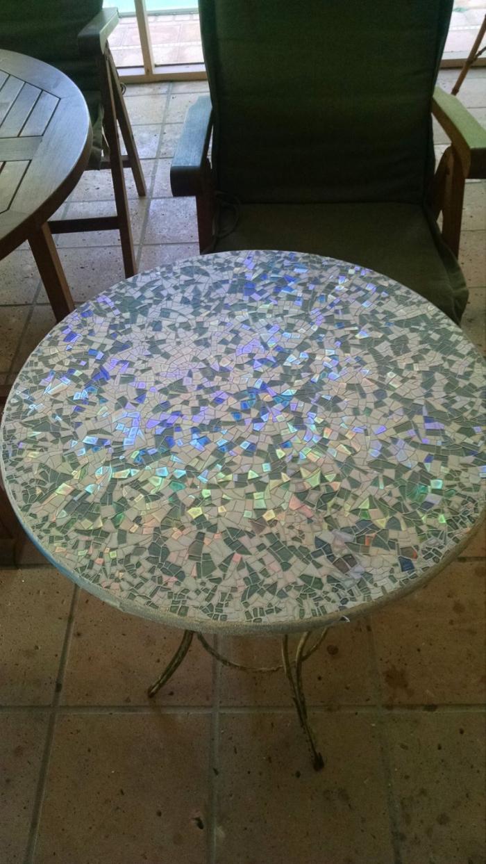 Поверхность столика из компакт-дисков