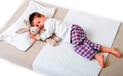 Мальчик спит на матрасе