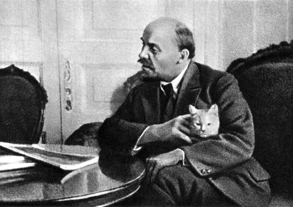 В.И.Ленин в своей квартире в Кремле. Москва, осень 1920.jpg