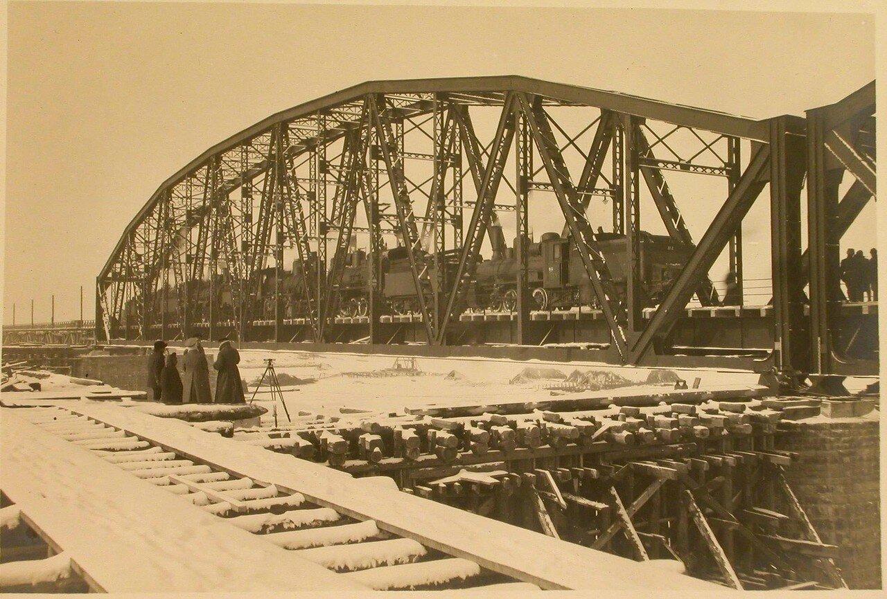 23. Железнодорожный состав на мосту во время испытания железных ферм