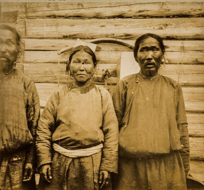Портрет двух мужчин и женщины народности ольчи