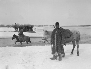 Караван экспедиции Маннергейма переходит реку Текес вброд