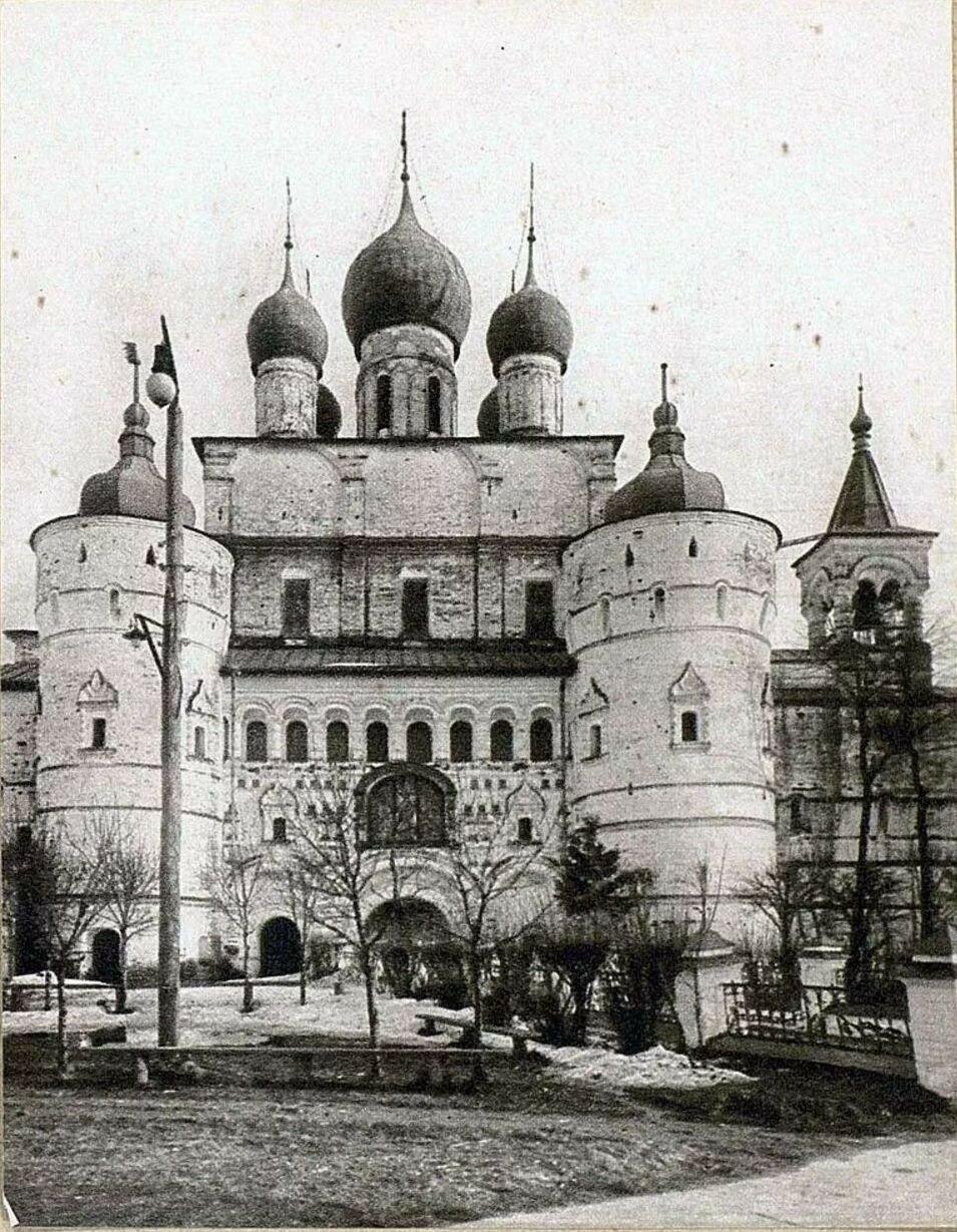 Кремль. Церковь Воскресения Христова на северной стене кремля