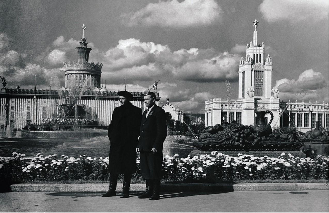 Кавалер двух орденов Ленина Петр Яковлевич Штрахов (слева), герой Социалистического Труда Прохор Андриянович Буторин (справа) на ВСХВ