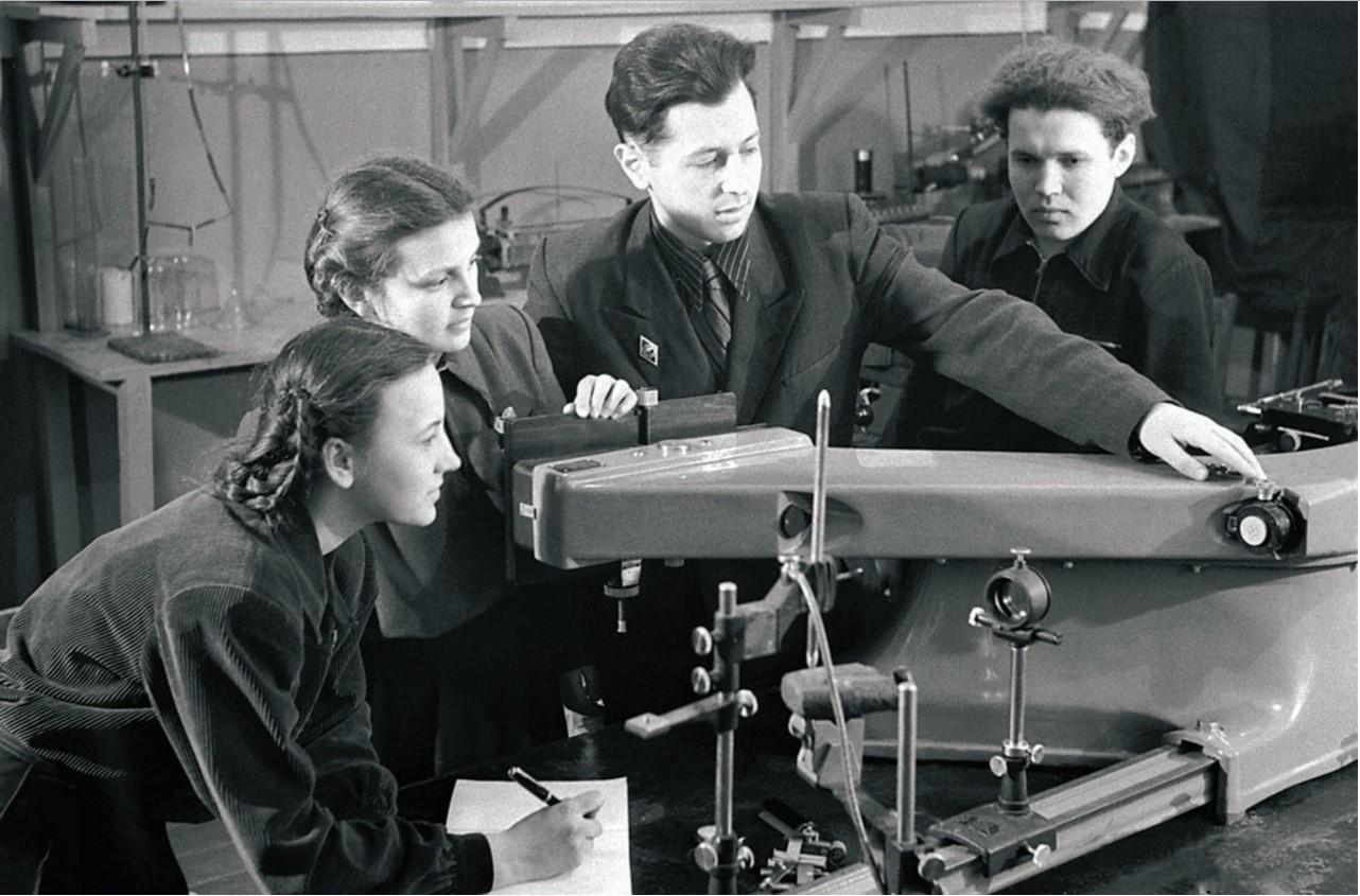 Магнитогорск. Индустриальный техникум. Учащиеся 3-го курса на занятиях в лаборатории спектрального анализа (1954)