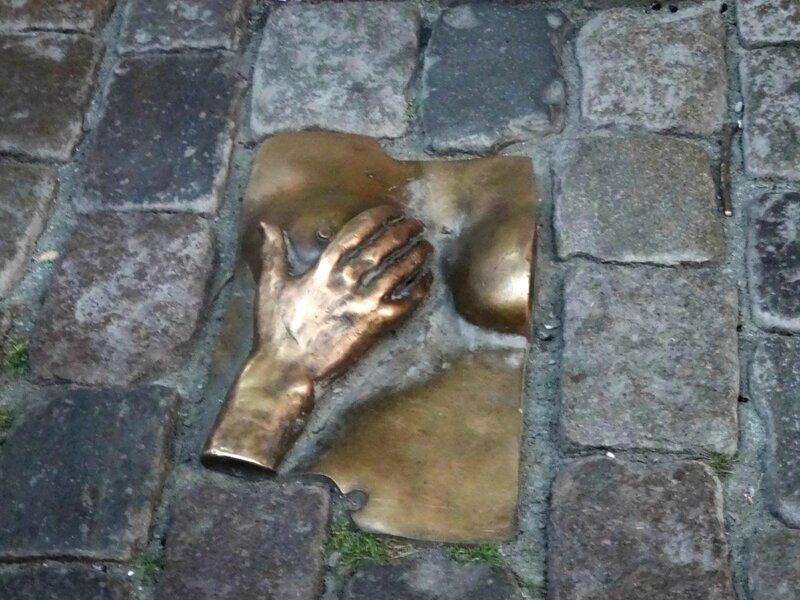 Амстердам. Памятник женской груди.