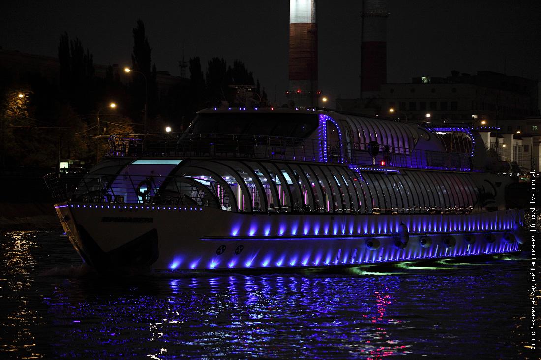 яхта Примавера ночная фотография