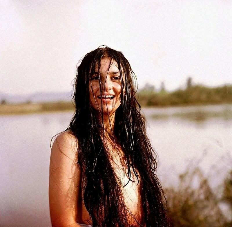 Света Тома в сцене купания Рады в фильме Лотяну Табор уходит в небо 1976 года.jpg