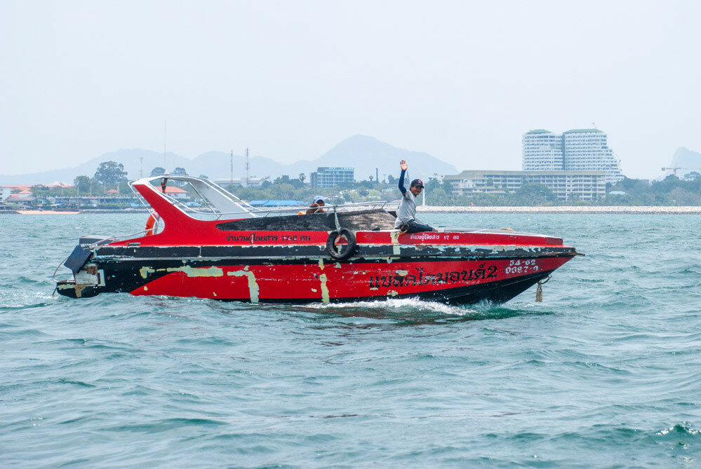 Яхта с парусом