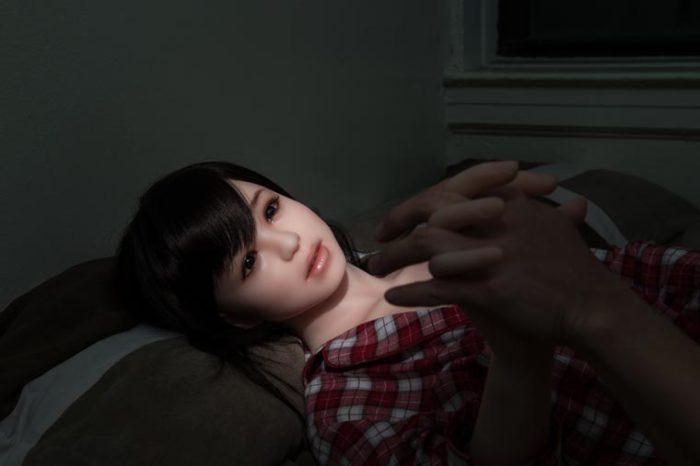 Фотографии впечатляют: кукла выглядит настолько реалистично, что можно подумать, что это настоящая д
