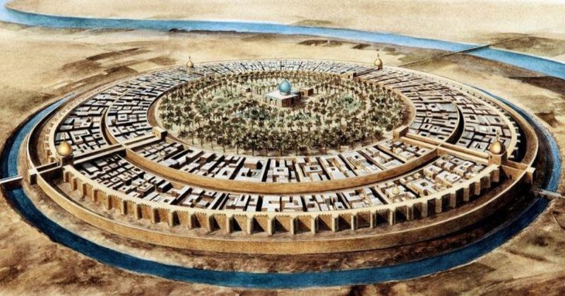 Сразу за стенами находились кирпичные дома купцов и ремесленников, а в самом центре города-крепости