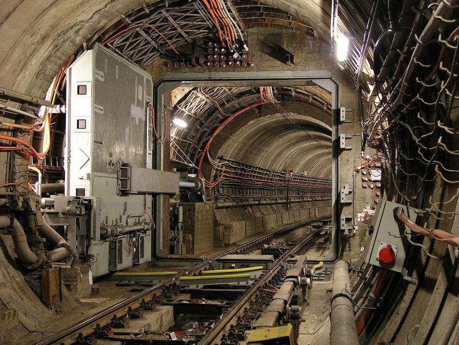 11. Тоннельный гермозатвор управляется дистанционно при помощи электромеханического привода. Пр
